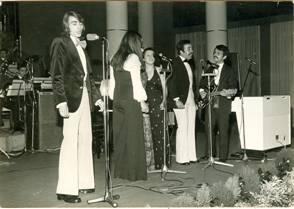 Da esquerda para a direita, Aníbal, os elementos do coro e Carlos Resende