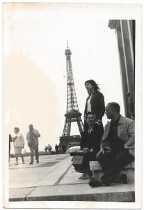 Teresinha Lanhas com os pais em Paris-frente-verso-1